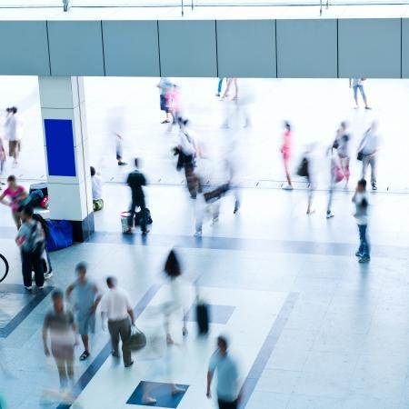 menschen in bewegung: Top-Blick auf Menschenmenge in Bewegung im modernen Geb�ude. Lizenzfreie Bilder