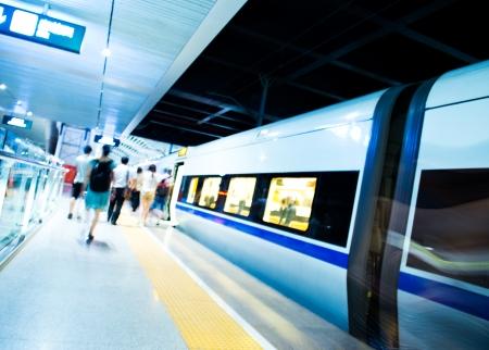estacion tren: Gente que se apresura a coger un tren. el movimiento borroso Foto de archivo