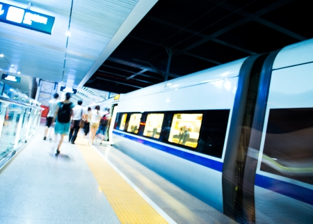 Lidé spěchal na vlak. rozmazaný pohyb