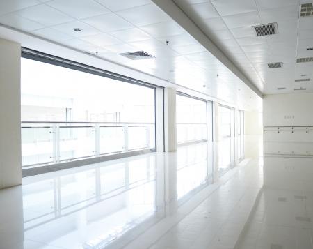 prázdná chodba v moderní budově. Redakční
