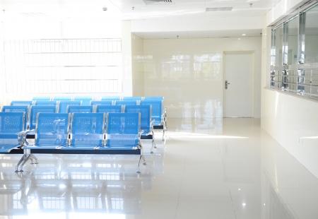 Ziekenhuis wachtkamer met lege stoelen.
