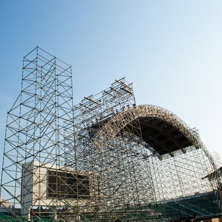 andamios: Andamios como equipos de seguridad en un sitio de construcción. Foto de archivo