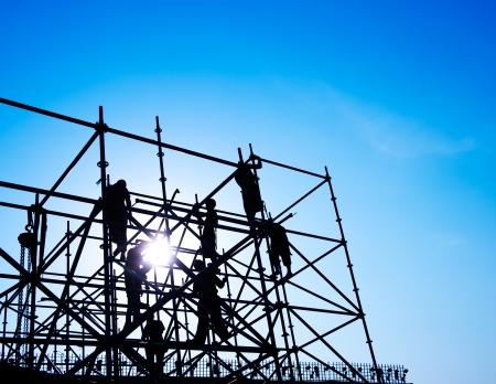 andamios: Trabajadores de la construcción que trabajan en andamios