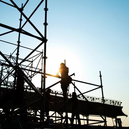 obreros trabajando: Trabajadores de la construcci�n que trabajan en andamios