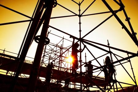 Stavební dělníci pracující na lešení