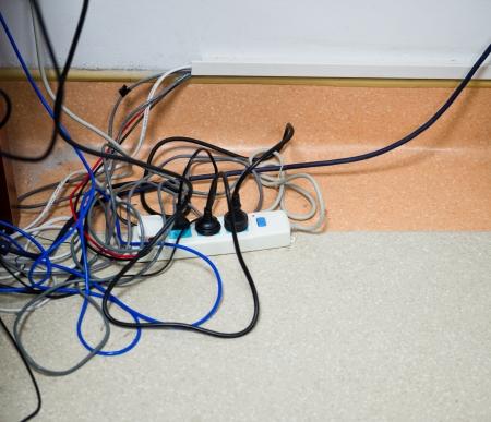 Mnoho elektrické kabely připojené k elektrické desky.