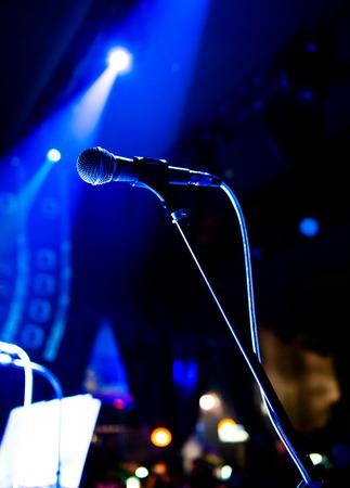 musica electronica: Close up de micrófono en la sala de conciertos