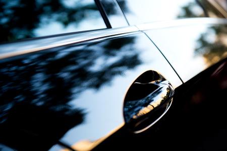 De zonsondergang wordt weerspiegeld in de gloednieuwe auto