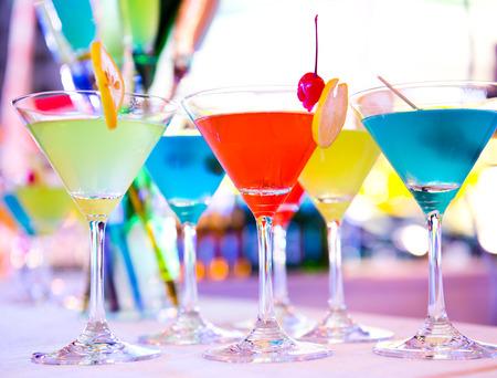 Skupina barevné koktejl v martini sklenice.