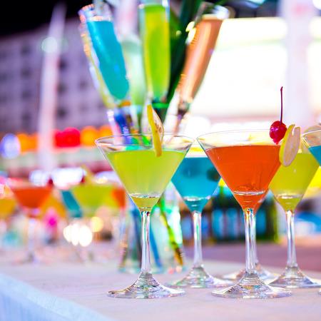 rainbow cocktail: Gruppo di cocktail colorati in bicchieri martini.