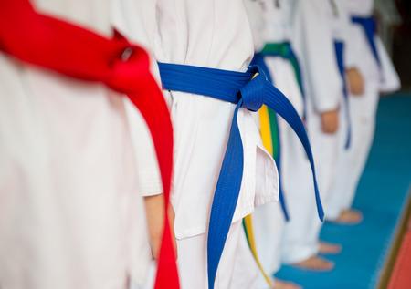 Mensen in martial arts training oefenen Taekwondo.