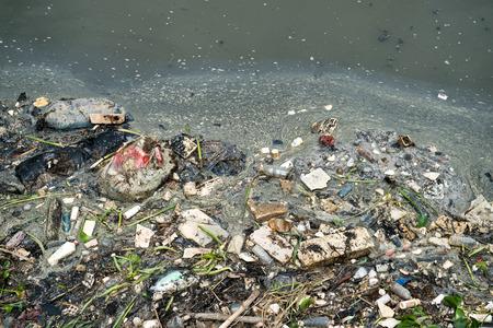 La contaminación del agua en el río con basura. Foto de archivo