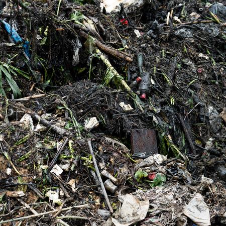 weerzinwekkend: Verontreiniging van het water in de rivier met afval. Stockfoto