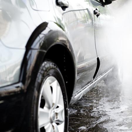 autolavaggio: Autolavaggio con acqua corrente e schiuma. Archivio Fotografico