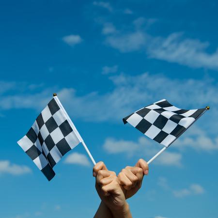 bandera carrera: bandera a cuadros la carrera en la mano.