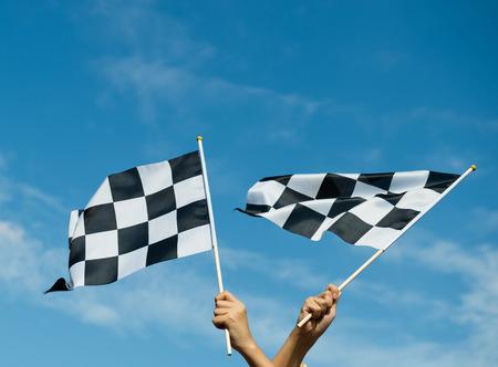 Kariert Rennen Fahne in der Hand. Standard-Bild - 33757077