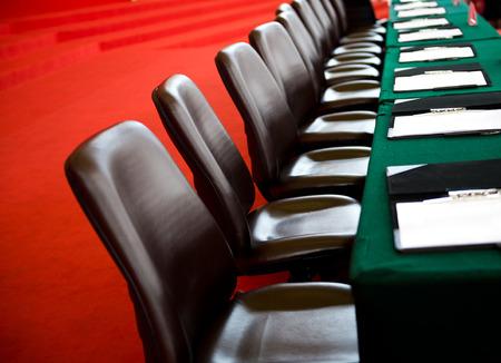 Konferenční stůl a židle v zasedací místnosti