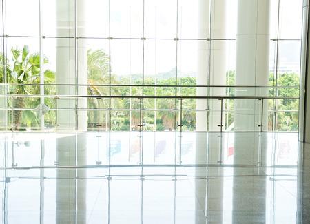 事務所ビルのガラスの壁とモダンなインテリア。