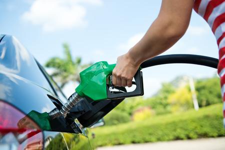 tanque de combustible: Rellenar a mano el coche con combustible. Foto de archivo