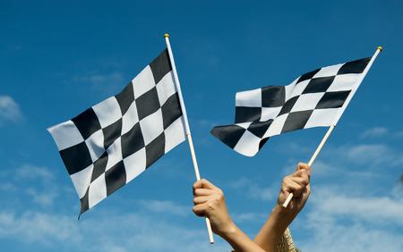geblokte race vlag in de hand. Stockfoto