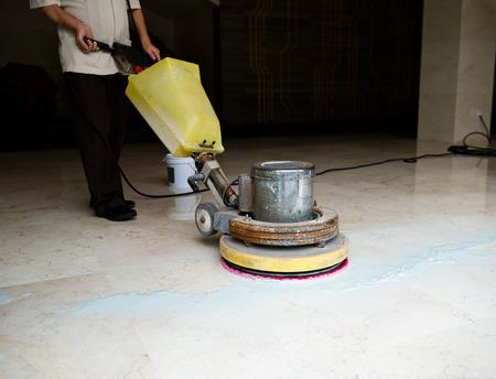 기계와 바닥을 청소하는 사람들.