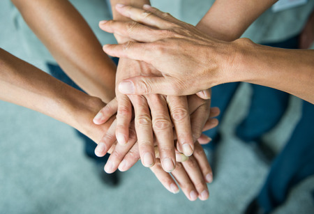 personas trabajando en oficina: Las personas con las manos juntas. concepto de trabajo en equipo Foto de archivo