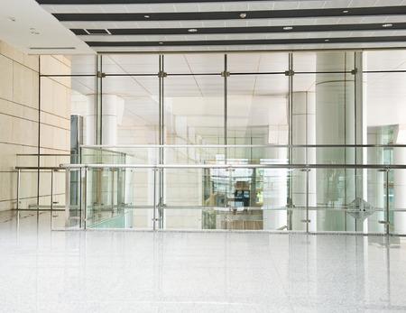 vaso vacio: interior moderno con pared de vidrio en un edificio de oficinas.
