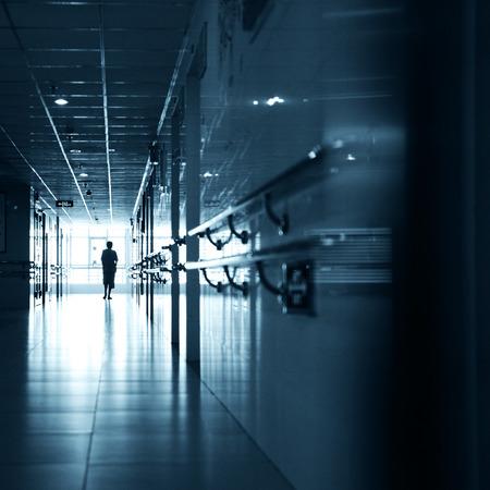 病院の廊下を歩いている人々。