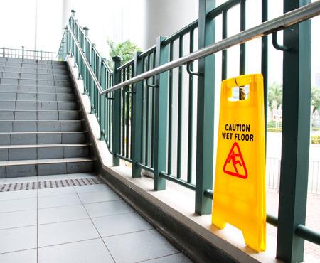 注意のサインですぬれた床付近の階段。 写真素材 - 35184492