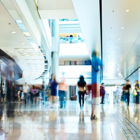 compras: La gente corriendo en el lobby. el desenfoque de movimiento Editorial