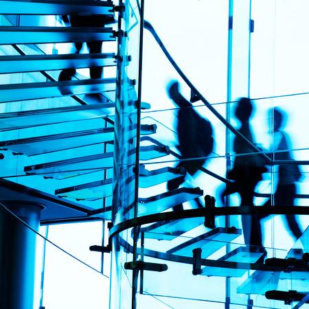 subir escaleras: Gente de la silueta en la escalera de cristal