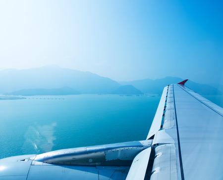 plan éloigné: Avion à la mouche sur le ciel, vue à travers la fenêtre de l'avion. Banque d'images