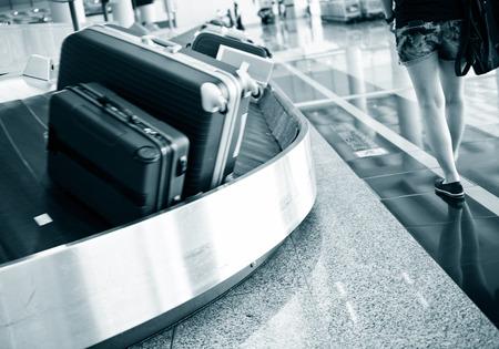cinta transportadora: maletas en la banda transportadora del aeropuerto. Foto de archivo