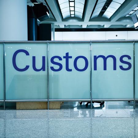 Douane ondertekenen in de luchthaven.