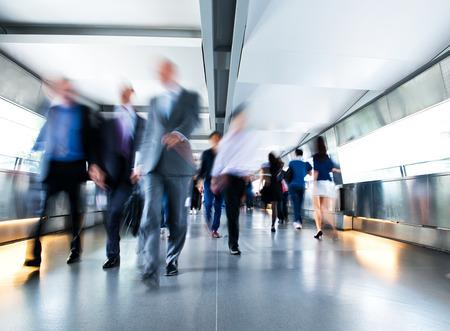 personas caminando: La gente corriendo en el lobby. el desenfoque de movimiento Foto de archivo
