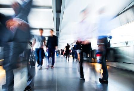 reunion de personas: La gente corriendo en el lobby. el desenfoque de movimiento Foto de archivo