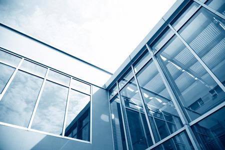 Groep glazen ramen op modern gebouw.