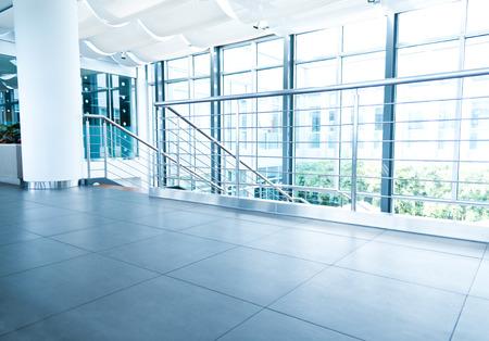 近代的なオフィスビルで空の廊下。 報道画像
