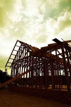 Nieuwe houten huis in aanbouw.