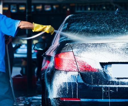 流れる水と泡で車を洗ってください。