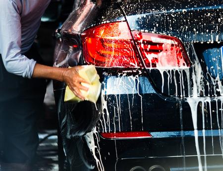 autolavado: Lavado de coches con agua que fluye y espuma. Foto de archivo