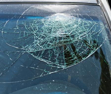 壊れたフロント ガラスのクローズ アップ。