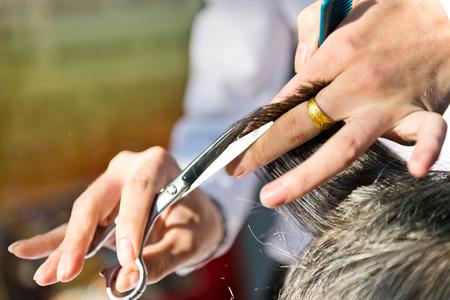 capelli lisci: Capelli tagliati in un salone di parrucchiere.
