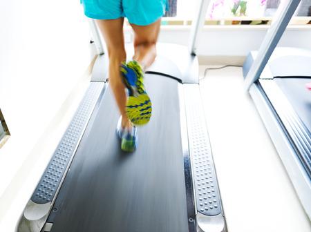 Lidé běží na běžícím pásu