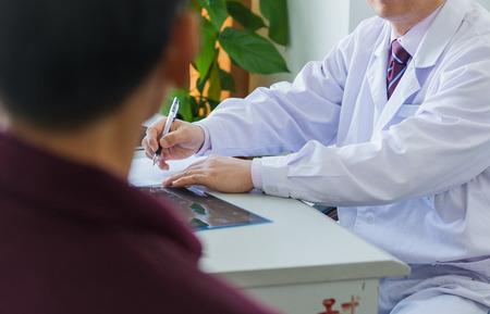 Arts en patiënt in artsen kantoor