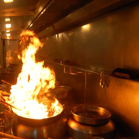 keuken restaurant: Chef-kok werken in een Chinees restaurant keuken