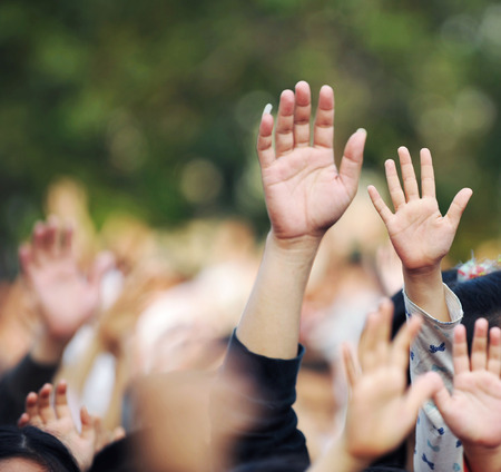 personas saludando: Muchas personas las manos levantadas en una multitud Foto de archivo