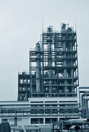 industria petroquimica: oleoductos y torres de planta petroquímica