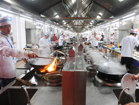 14 Fujian-april 2010. Groep van koks werken samen in een Chinees restaurant keuken, de provincie Fujian, China.