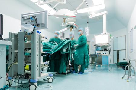 cirujano: cirujanos están operando en un hospital